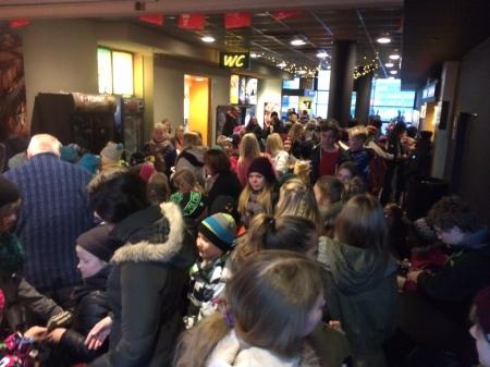 Festivaalivieraita menossa näytökseen elokuvateatteri Plazassa.