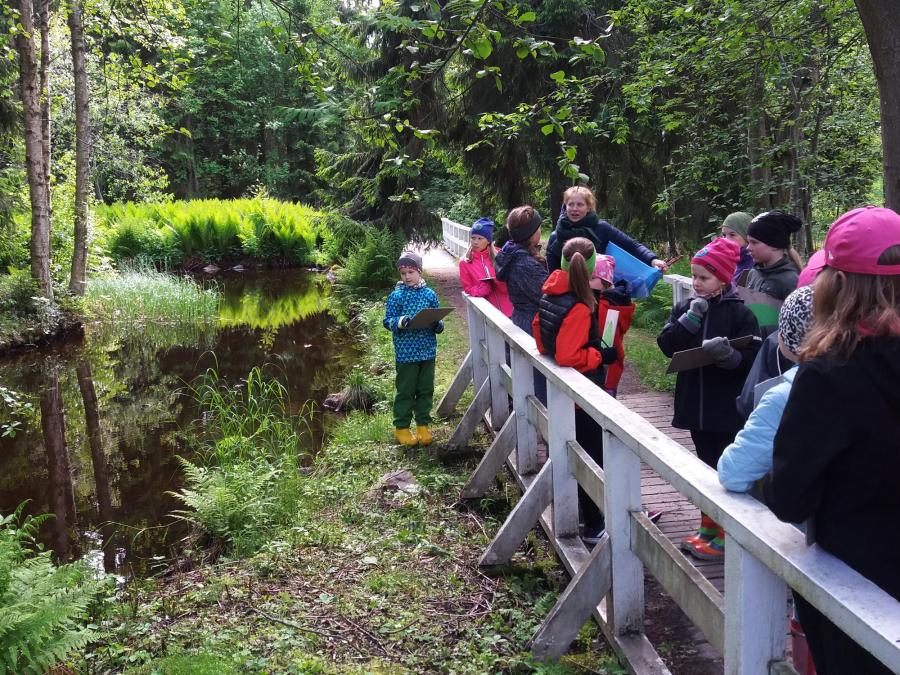 9–12-vuotiaille tarkoitettu Kesäretki tarinapuistoon pidettiin Ainolan puistossa 8.–10.6.