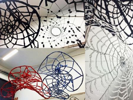 Maria Littowin Unikudelmiin valmistamat seitit ja verkot koostuvat punotuista pajukehistä, kankaista, langoista sekä helmistä ja muista koristeista.