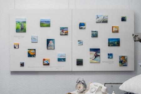 Unienvaihtaja-romaanissa kuvattu Kirsikan taidenäyttely toimi esikuvana Unikudelmia-näyttelyyn tilatulle Johanna Huhtamaan miniatyyrimaalausten sarjalle.