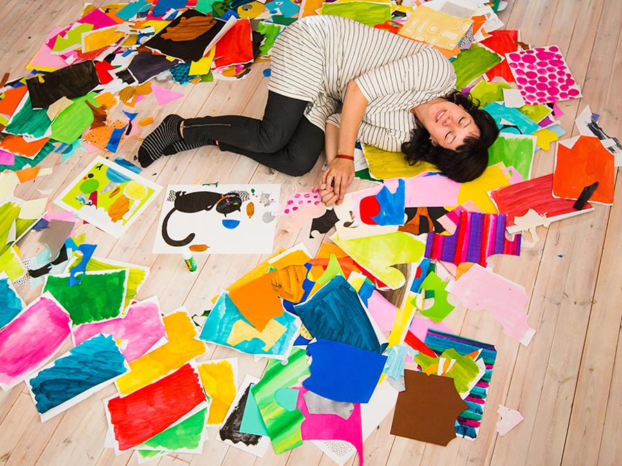 Anne Vaskon kuvituksissa värit ja pinnat saavat leikkiä. (Kuva: Petri Juola)
